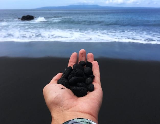Asiatisches land indonesien. bali-insel. nusa penida, schwarzer sandstrand und meer Premium Fotos