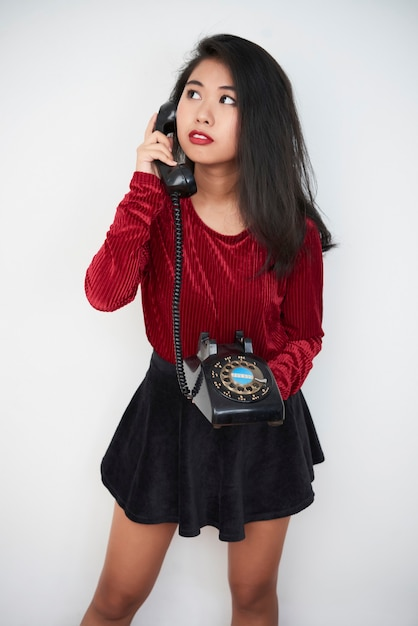 Asiatisches mädchen mit retro-telefon Premium Fotos