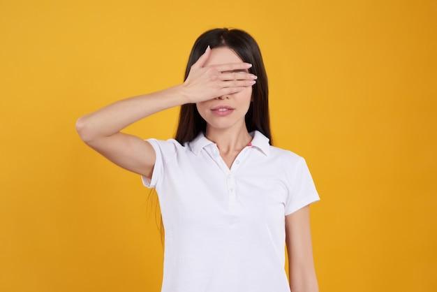 Asiatisches mädchen wirft mit den geschlossenen augen lokalisiert auf. Premium Fotos