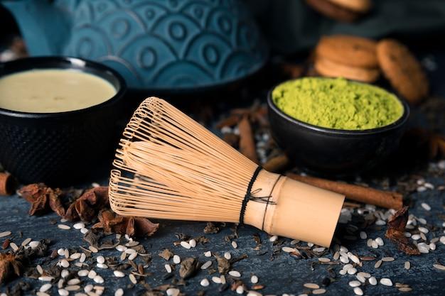 Asiatisches matcha des grünen tees des hohen winkels auf tabelle Kostenlose Fotos