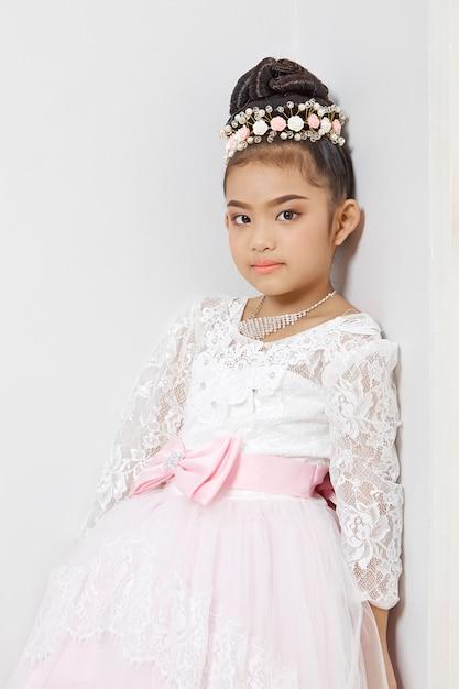 Asiatisches nettes junges mädchen, das eine krone trägt Premium Fotos