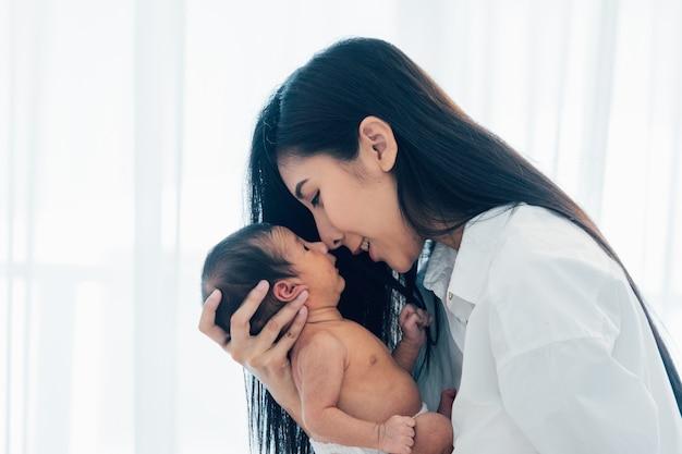 Asiatisches neugeborenes baby mit mutter Premium Fotos