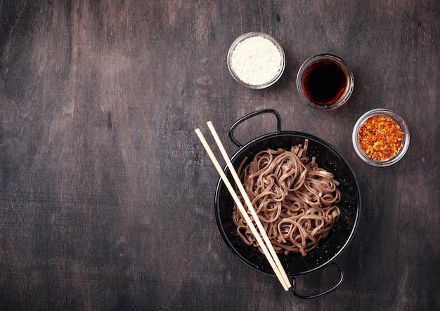 Asiatisches nudelsoba mit verschiedener behandlung Premium Fotos