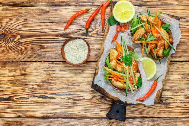 Asiatisches sandwich mit gebratenem huhn und frischgemüse Premium Fotos