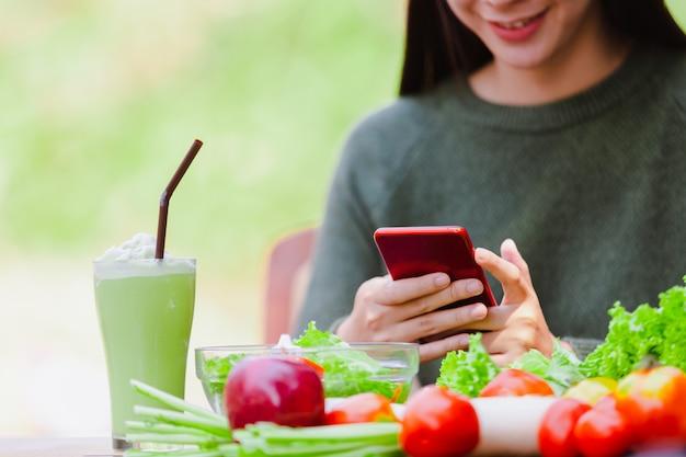 Asiatisches schönes junges mädchen, das salatgemüse isst Premium Fotos