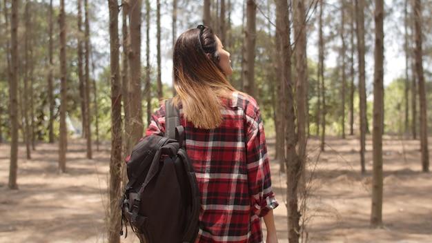 Asiatisches wandererfrauentrekking im wald. Kostenlose Fotos