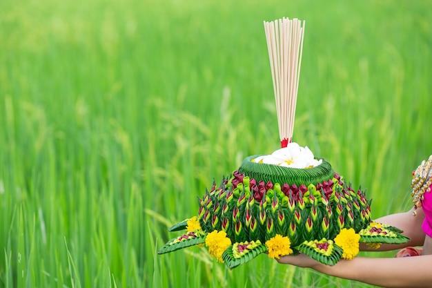 Asien frau in thailändischer kleidung traditionell halten kratong. loy krathong festival Kostenlose Fotos
