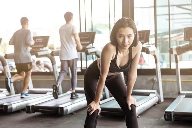 Asien-frauen trainieren in der turnhalle Premium Fotos