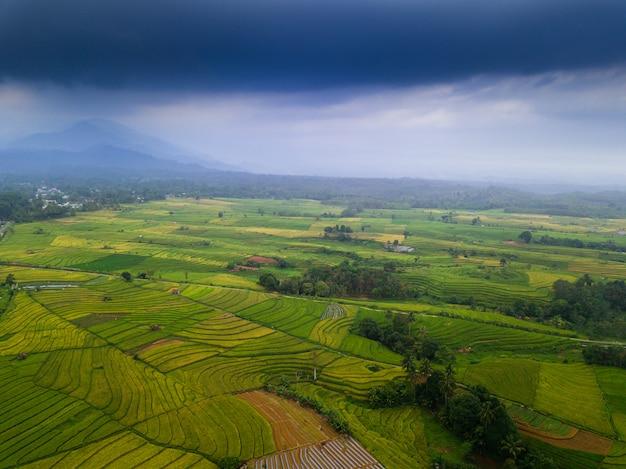 Asien-schönheitslandschaftsvogelperspektive morgens indonesien Premium Fotos