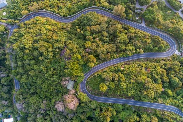 Asphaltstraßekurve auf hohem berg, vogelperspektivebild Premium Fotos