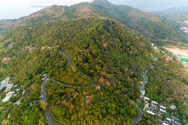 Asphaltstraßekurve im hochgebirgsbild durch augenansicht des brummenvogels Premium Fotos