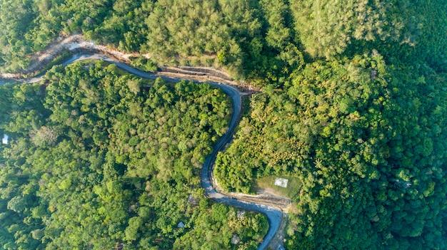 Asphaltstraßenkurve im hochgebirgsbild durch die augenansicht des brummenvogels Premium Fotos
