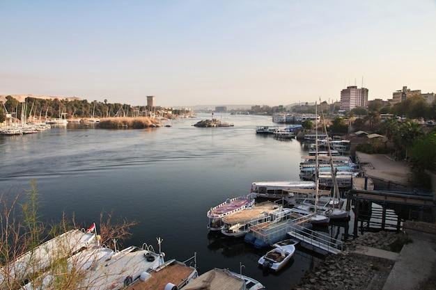 Assuan-stadt in ägypten auf dem nil Premium Fotos