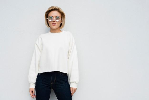 Atelieraufnahme des reizenden modells Kostenlose Fotos
