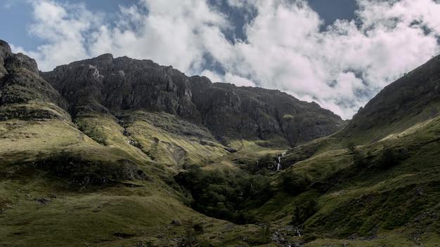 Atemberaubend erschossen die berge von glencoe in schottland bei bewölktem wetter Kostenlose Fotos
