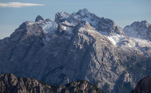 Atemberaubende aufnahme des frühen morgens in den italienischen alpen Kostenlose Fotos