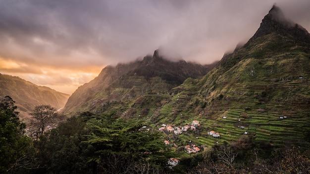 Atemberaubende aussicht auf das dorf auf den bergen auf der insel madeira Kostenlose Fotos
