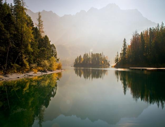 Atemberaubende aussicht auf die zugspitze, umgeben von wäldern in eibsee Kostenlose Fotos