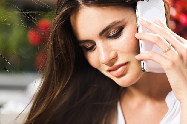 Atemberaubende frau spricht am telefon Kostenlose Fotos