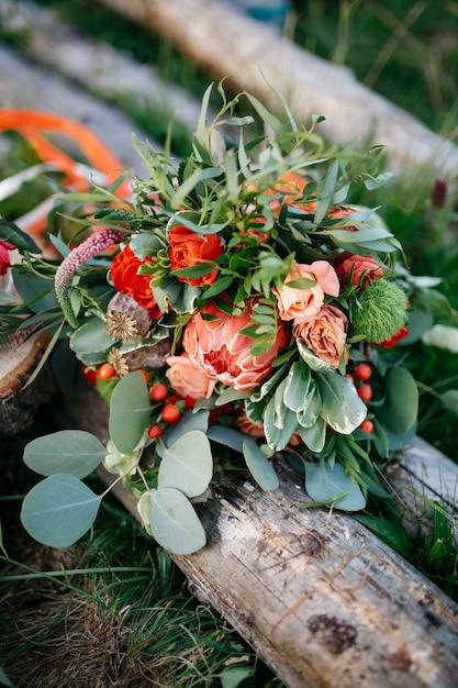 Atemberaubende Hochzeitsstrauss Aus Roten Blumen Und Grun Liegt O