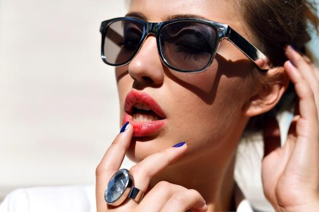 Atemberaubendes sinnliches frauenporträt mit silberner sonnenbrille Kostenlose Fotos