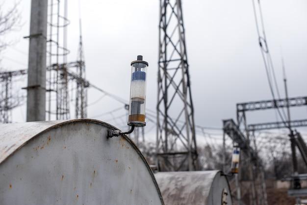 Atempatrone am transformatorölspeichertank. produktion und energie. Premium Fotos