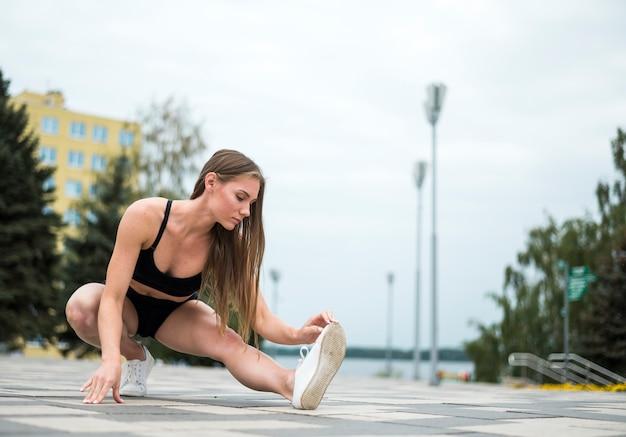 Athletische frau, die übungsrunde tut Kostenlose Fotos
