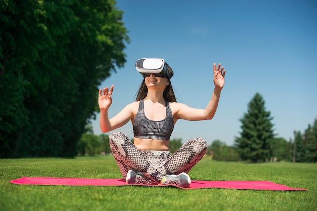Athletische frau, welche die gläser einer virtuellen realität im freien verwendet Kostenlose Fotos