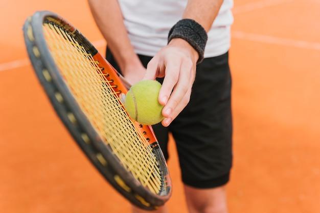 Athletischer junge, der tennis spielt Kostenlose Fotos