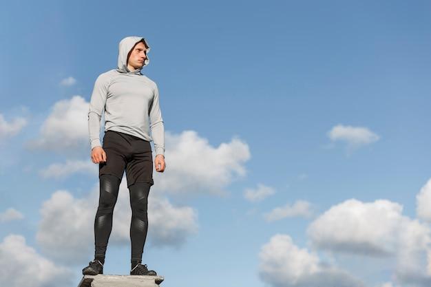 Athletischer mann der vorderansicht, der weg schaut Kostenlose Fotos