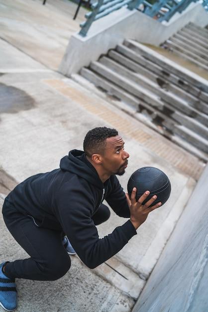 Athletischer mann, der wandballübung tut. Premium Fotos