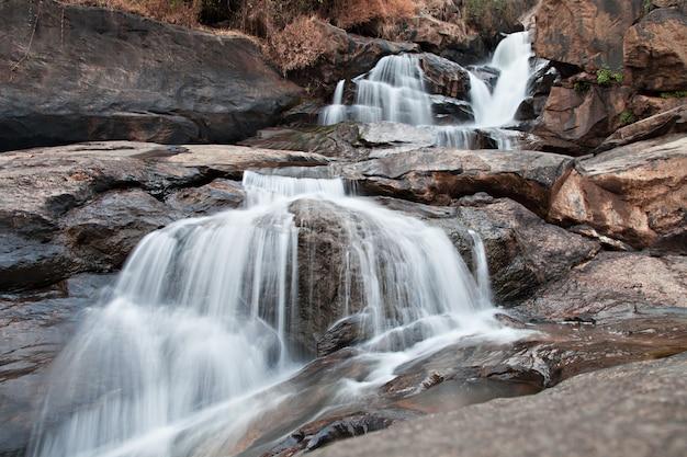 Athukadu-wasserfall Premium Fotos