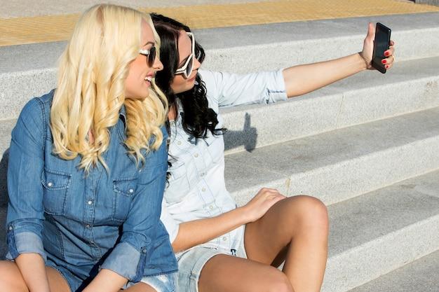 Attraktive beste freunde im freien Kostenlose Fotos