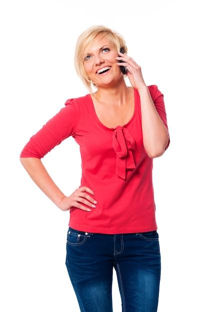 Attraktive blonde frau, die auf ihrem handy spricht Kostenlose Fotos