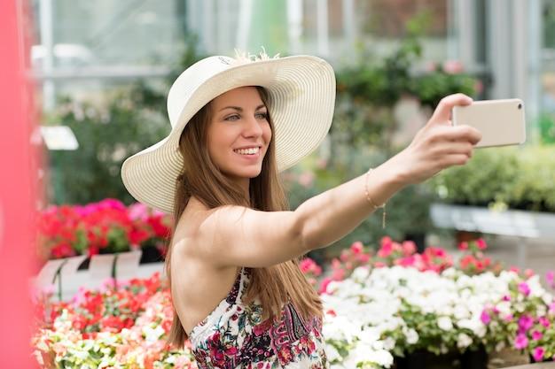 Attraktive frau, die ein selfie in einer kindertagesstätte nimmt Premium Fotos