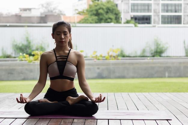 Attraktive frau, die yoga für ihre gute gesundheit spielt Premium Fotos