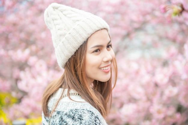 Attraktive frau genießt mit cherry blossom in matsuda, japan Premium Fotos