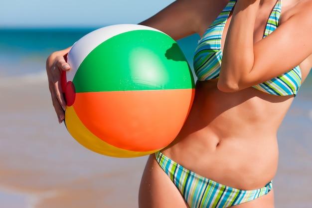 Attraktive frau im bikini am strand Premium Fotos