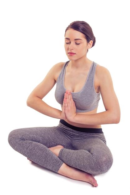 Attraktive frau in sportbekleidung meditiert. Premium Fotos