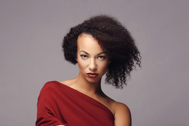 attraktive frau mit afro-frisur | kostenlose foto