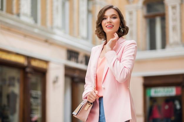 Attraktive gute lokalisierende frau, die straße geht, gekleidet in rosa jacke in romantischer stimmung Kostenlose Fotos