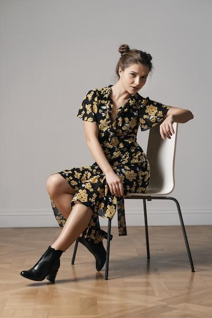 Attraktive junge frau im blumenkleid gekleidet Kostenlose Fotos