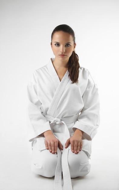 Attraktive junge frauen in einer karatehaltung Premium Fotos