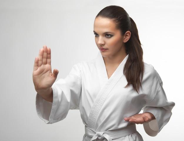 Attraktive junge sexy frauen in einer karatehaltung Premium Fotos