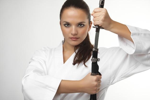 Attraktive junge sexy frauen mit samuraiklinge Premium Fotos