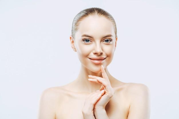 Attraktive lächelnde brünette frau trägt minimales make-up Premium Fotos