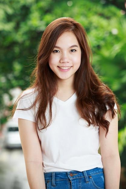 Attraktive thailändische asiatische dame in den blue jeans Premium Fotos