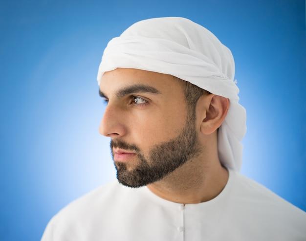 Attraktiver arabischer mann von golf Premium Fotos