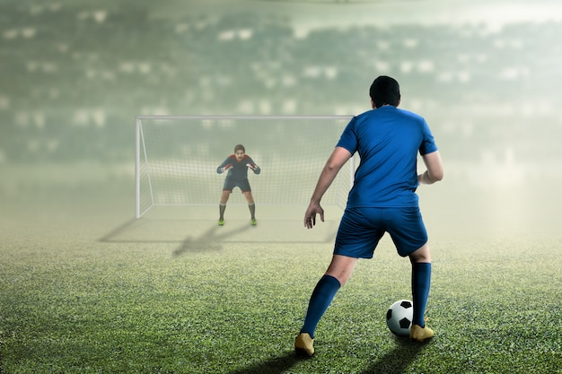 Attraktiver asiatischer fußballspieler auf dem match Premium Fotos