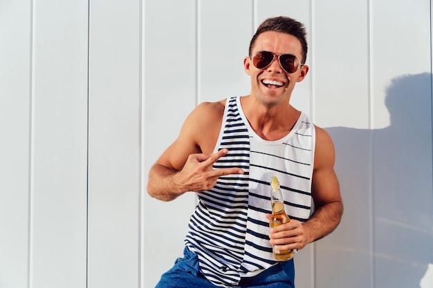 Attraktiver Junger Mann Mit Sonnenbrille Und Denimjacke
